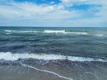 Kleine Wellen auf der Ostsee an einem sonnigen Sommertag lizenzfreie stockfotos