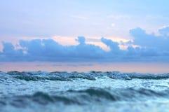 Kleine Wellen und stürmischer Himmel Stockfoto