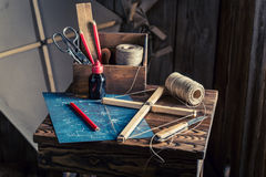 Kleine Werkstatt mit dem Drachen, Entwurf und Teilen, zum sie zu errichten Lizenzfreie Stockbilder