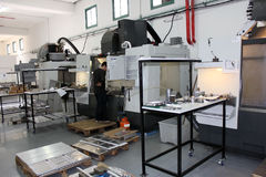 Kleine Werkstatt mit Maschinen cnc Stockbild