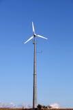 Kleine Windkraftanlage, die Strom für den Haushalt erzeugt lizenzfreies stockbild