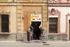 Kleine winkel genoemd amici in het centrum van La Spezia, Italië stock fotografie