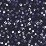 Kleine witte, blauwe en purpere bloemen op marineblauwe achtergrond vector illustratie