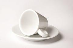 Kleine witte die koffiekop op wit wordt geïsoleerd Stock Afbeeldingen