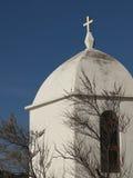 Kleine witte kapel door een boom met blauwe hemel Stock Foto's
