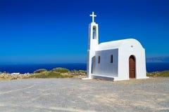 Kleine witte kerk op de kust van Kreta Stock Foto's