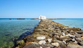 Kleine witte kerk in overzees dichtbij Georgioupolis-stad op het eiland van Kreta Stock Foto