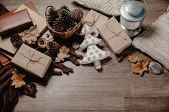 Kleine witte Kerstboom met Kerstmis of Nieuwe jaargiften Het concept van het vakantiedecor Gestemd beeld Hoogste mening Royalty-vrije Stock Afbeeldingen