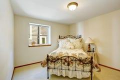Kleine witte slaapkamer met ijzerbed en marien stijlbeddegoed Royalty-vrije Stock Afbeelding