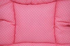 Kleine witte stippen op roze stof als achtergrond Stock Foto