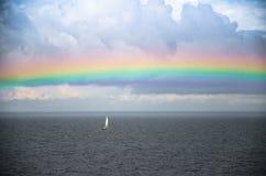 Kleine witte varende jacht en regenboog in Baltische Golf van Finland, royalty-vrije stock foto