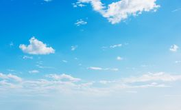 Kleine wolken en blauwe hemel royalty-vrije stock afbeelding