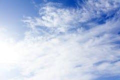 Kleine Wolken im blauen Himmel Abendhimmel mit kleinen Wolken der Lose - natürlicher Hintergrund Lizenzfreie Stockfotografie