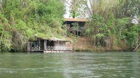 Kleine Woonboot op de rivier stock video
