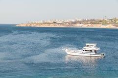 Kleine Yacht in einer warmen, tropischen Bucht Lizenzfreies Stockfoto
