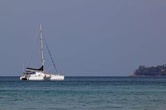 Kleine Yacht nahe Küste Stockfotos