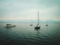 Kleine Yachten auf dem See im Winter stockfotos
