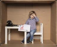 Kleine zakenman gemaakt tot verkeerde besluiten stock afbeeldingen