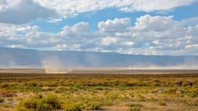 Kleine zandtornado a K A Stofduivel in een woestijn in Centraal Oregon stock foto's
