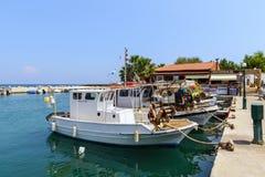 Kleine zeehaven met vastgelegde vissersboten op het eiland van Rhodos, Griekenland royalty-vrije stock foto's
