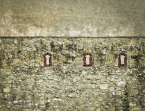Kleine Ziegelsteinfenster in der Schlosswand Lizenzfreies Stockfoto