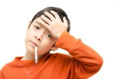 Kleine zieke jongen met de thermometer van de temperatuurcontrole in mond op witte achtergrond Stock Fotografie