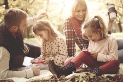 Kleine zusters die boek kleuren stock afbeelding