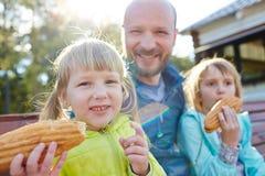 Kleine zusters die hotdogs in park eten royalty-vrije stock foto's
