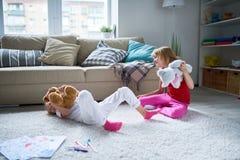 Kleine Zusters die thuis voor de gek houden rond royalty-vrije stock foto