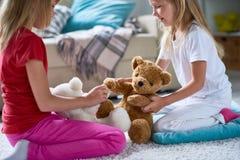 Kleine Zusters met Pluche Teddy Bears royalty-vrije stock foto's