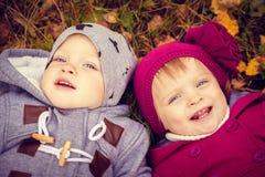 Kleine Zwillinge im Freien Stockbild