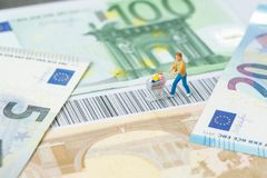 Kleineinkaufen, E-Commerce-Konzept, Miniaturleutefigürchen w lizenzfreie stockfotos