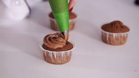 Kleinen Kuchen mit Sahne verzieren stock video