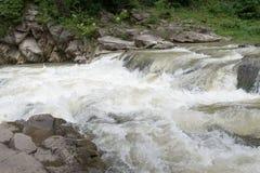 Kleiner, aber rauer, kleiner Fluss Stockfotografie