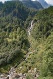 Kleiner aber steiler Wasserfall Stockfotos