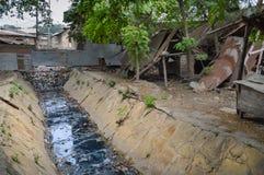 Kleiner Abwasserkanal, der durch läuft Lizenzfreies Stockfoto