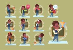 Kleiner Afroamerikaner-Schuljunge, der über Klassen-Brett-Schüler-Gefühl-Satz steht vektor abbildung