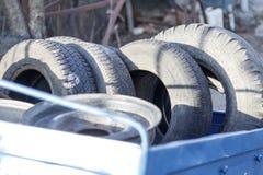 kleiner Anhänger, blaue Farbe es enthält viele alten Reifen und Räder Konzeptänderungsreifen auf dem Auto stockfoto