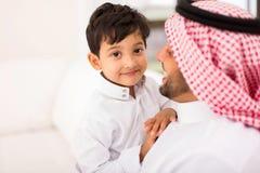 Kleiner arabischer Jungenvater Stockbilder