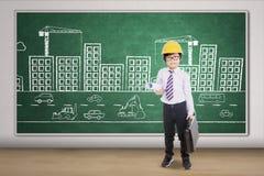 Kleiner Architekt mit Plan und Aktenkoffer Lizenzfreies Stockfoto
