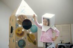 Kleiner Astronaut bereit, zu den Sternen zu reisen Lizenzfreie Stockfotos
