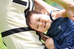 Kleiner Babyporträtblick auf das Kameralächeln Stockfoto