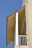 Kleiner Balkon mit Schild unter blauem Himmel Lizenzfreie Stockbilder