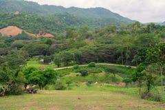Kleiner Bauernhof und Dorf im Berg Lizenzfreies Stockfoto