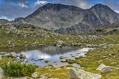 Kleiner Bergsee und Kamenitsa ragen, Pirin-Berg empor Stockbilder