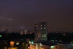 Kleiner Blitz im nächtlichen Himmel Stockbild