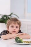 Kleiner blonder Junge, der an der Küche isst Lizenzfreie Stockbilder