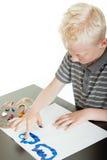 Kleiner blonder Junge, der SpaßFingermalerei hat Lizenzfreies Stockbild
