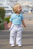 Kleiner blonder Junge im Park Lizenzfreies Stockfoto