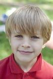 Kleiner blonder Junge mit blauen Augen Stockfoto